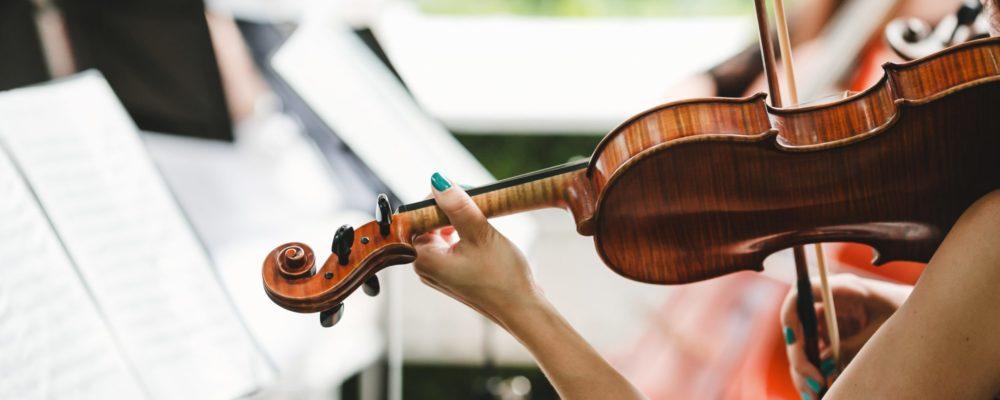 Woman-plays-the-violin-2048x1365